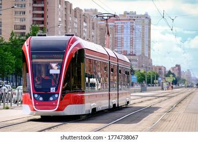 Die moderne, ruhige Straßenbahn führt durch die Straßen von Sankt Petersburg.