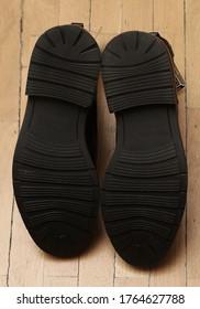 Zapatillas de goma de zapatos modernos a partir de los pasos de abajo
