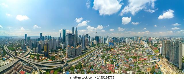 Gratte-ciel moderne et zone de logement traditionnelle à Kuala Lumpur, Malaisie