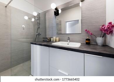 Moderno baño pequeño en un elegante apartamento, de estilo escandinavo