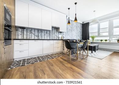 Modernes kleines Zimmer mit Küchenecke und Holzboden
