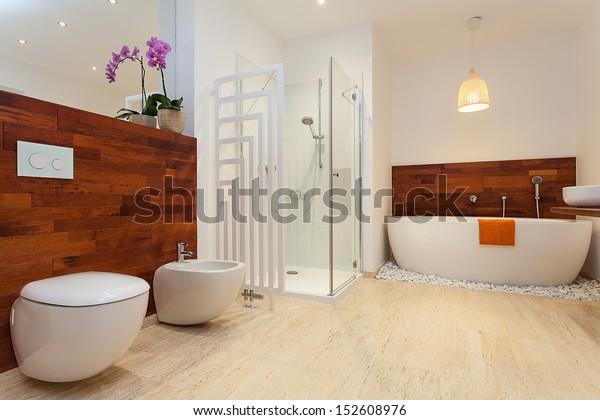 Modernes, geräumiges, warmes Badezimmer mit Dusche und Badewanne