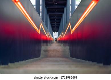 Moderne Treppen mit schwarzen Einsätzen und orangefarbenen Verbindungslinien im ehemaligen Kohlebergwerk Zollverein, einem Industriegebiet in Essen