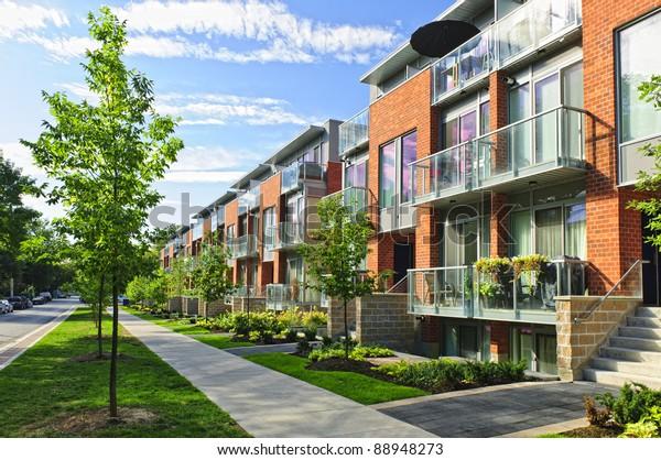 Moderne Stadthäuser aus Ziegeln und Glas auf der Stadtstraße