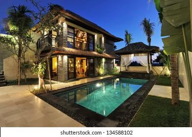 Moderne tropische Villa mit Pool