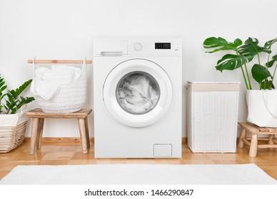 Moderne Waschmaschine, Wäscherei in Körben und Innenräume
