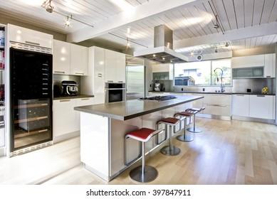 Modern White Chef's Kitchen with central island