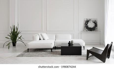 Modernes, weißes Designer-Sofa auf Beinen mit Kissen auf grauem Teppich mitten im minimalistischen Wohnzimmer mit hoher Decke, futuristischer Stuhl, grüne Pflanzen, abstraktes Bild und zwei Vasen auf dem Tisch
