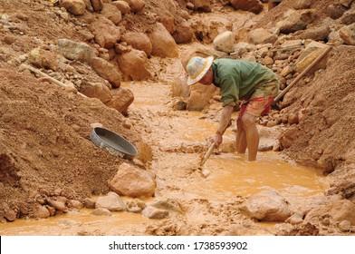 MOGOK/MYANMAR(Burma)-6th September 2013:Searching Gemstones in mine tailings near Baw Mar in the Mogok stone Tract.