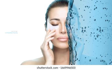 Hidratación bajo el concepto de parches para los ojos. Hermosa modelo chica aplicando parche para el ojo de la hidratación. Cara de belleza, piel saludable y limpia. Tratamiento para el cuidado de la piel en el spa. Retrato dividido en dos con salpicaduras de agua azul