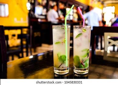 Mojito-Cocktail in einer Bar auf Kuba / Havanna