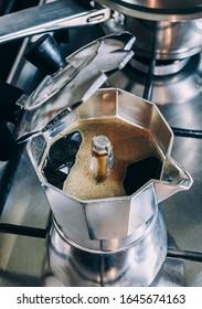 Cafta moka en una estufa de gas (enfoque selectivo)