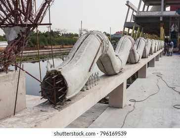 The molding of great serpent used in construction site work