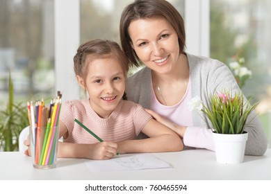 mom with daughter draws