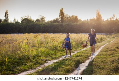 Mom and daughter are walking in the field. Have fun.