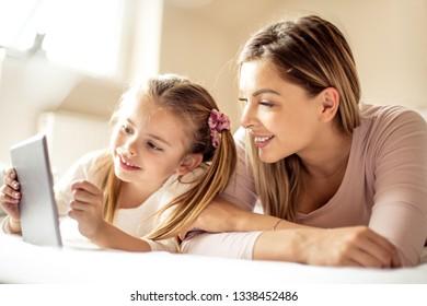 Imágenes, fotos de stock y vectores sobre Mother Explaining
