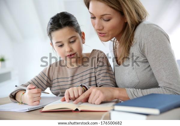 Maman aide les enfants à faire leurs devoirs