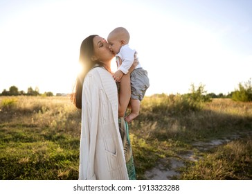 Mama und Sohn auf einem schönen Feld werden gespielt, Freiheitskonzept
