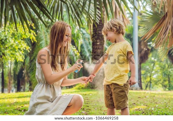 親子は蚊のしぶきを使います。皮膚外に虫よけを吹き付ける