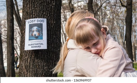 Mom soothes the girl who lost the dog