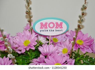 Mom you're the best sign in bunch of flowers