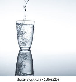 moment in which it pours pure sparkling water in a glass