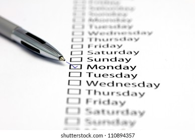 Monday checked in check box in a row of days of the week
