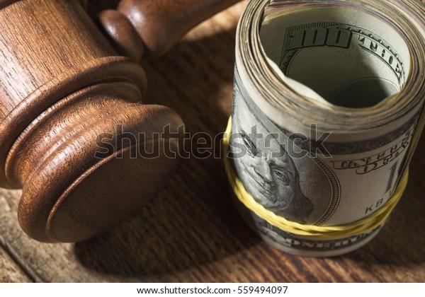 木のテーブルの上に金槌を打ち、上面から見て、金槌で裁く
