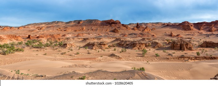 Mongolia. Gobi Desert. Natural boundary Hermen-Tsav. Panorama.