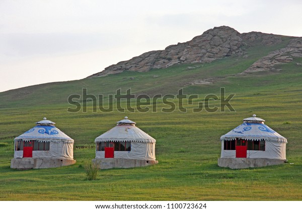 mongolian-yurts-houses-on-grassland-600w