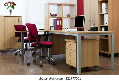 現代のオフィスの机の上で監視する