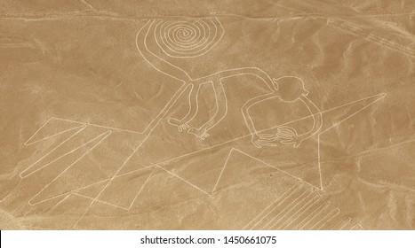 Geoglifo de mono, Nazca o Nasca misteriosas líneas y geoglifos vista aérea, punto de referencia en Perú
