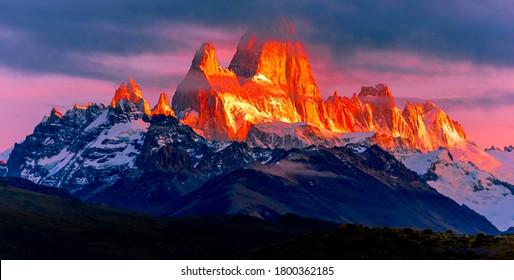 Vista aérea del amanecer de Monte Fitz Roy. Fitz Roy es una montaña ubicada cerca de El Chalten, en la Patagonia Sur, en la frontera entre Argentina y Chile.