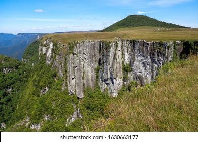 Cânion Monte Negro - São José dos Ausentes - RS. People on cliff edge in Monte Negro Canyon, Rio Grande do Sul, Brazil