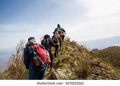 """Monte Somma, Neapel (Italien) - Diese Wanderroute ist eine anspruchsvolle Wanderroute, die zu den Bergen des Berges Somma führt, zwischen Felsvorfelungen und üppigen Wäldern, zu """"Cognoli"""", den Gipfeln des Berges"""