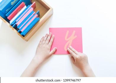 Montessori-Material. Die Hände der Kinder. Das Studium von Brief und Worten. Schule und Kindergarten.