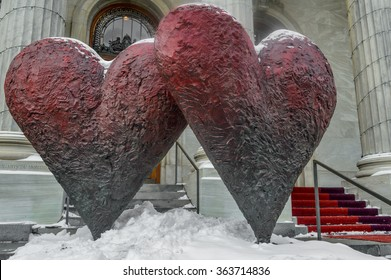 """MONTREAL CANADA 17 January, 2015: The iconic sculpture of """"Twin 6' Hearts"""" by Jim Dine Outside the Montreal Museum of Fine Arts"""