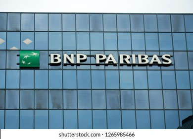 0fd4903f8a MONTREAL, CANADA - OCTOBER 4, 2018: BNP Paribas building and logo in  Montreal