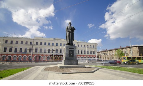 Monument to the founder of Yaroslavl - Yaroslav the Wise timelapse hyperlapse wirh traffic and blue cloudy sky