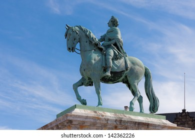 monument to Frederick in the center of Copenhagen