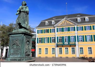 Denkmal von Ludwig van Beethoven - mit dem alten Postgebäude im Hintergrund. Bonn, Deutschland.