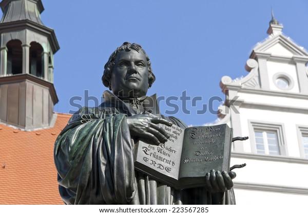 Denkmal von Martin Luther in Wittenberg, Deutschland. Es war das erste öffentliche Denkmal des Reformer, 1821 von J. entworfen. G. Schadow. Luther war Mönch und Kirchreformer, Übersetzer der Bibel