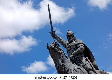 Monument to Tsar Kaloyan - one of the most remarkable rulers in Bulgarian history. The monument is made of brass. His height is over 8 meters.