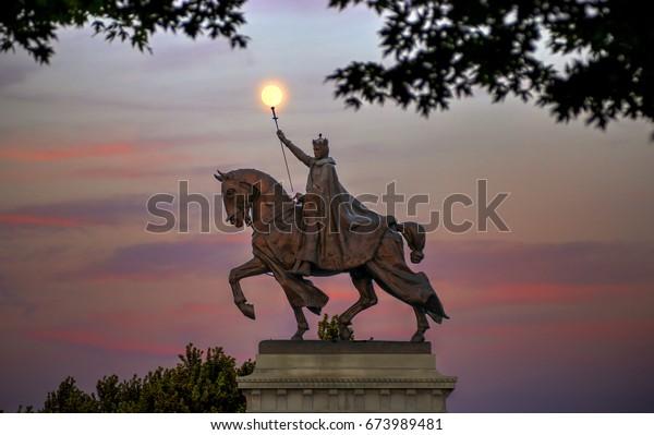 La lune au-dessus de l'apothéose de la statue de Saint-Louis du roi Louis IX de France, homonyme de Saint-Louis, Missouri dans Forest Park, St. Louis, Missouri.