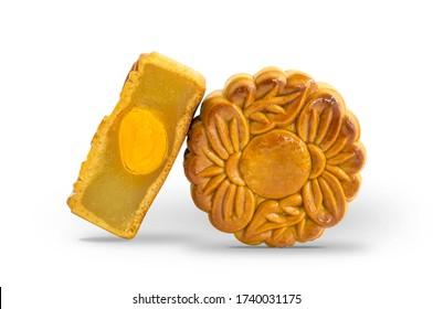 Gâteau de mooncle avec haricot vert en purée et un jaune, dessert à la mi-automne du pays asiatique sur fond blanc