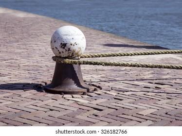 Mooring bollard with tight rope