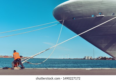 mooring of a large ship to the pier