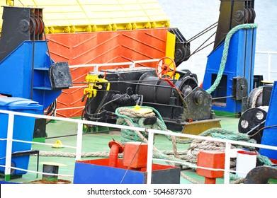 Mooring winch mechanism with hawser on ship deck