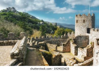 Castillo moro en la colina sobre la ciudad de Sintra en Portugal en el soleado día de primavera