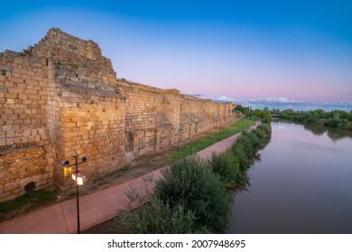 Fortificación árabe de Mérida al atardecer